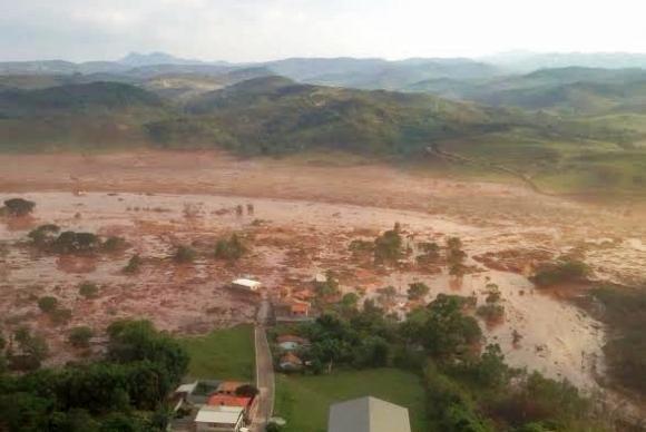 Distrito de Bento Rodrigues foi tomado pela lama / Corpo de Bombeiros de Minas Gerais