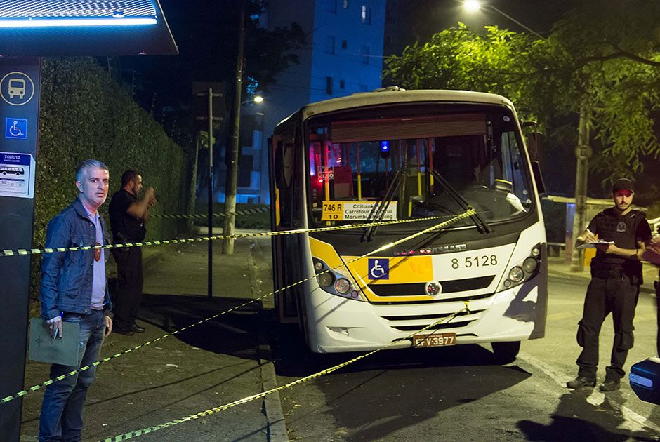 Assassino de 57 anos fugiu, deixando a arma no ônibus / Nivaldo Lima/Futura Press/Folhapress