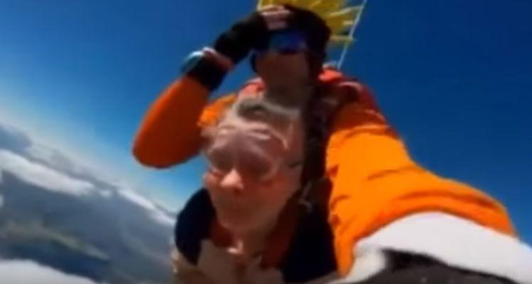 Velhinha perde a dentadura em salto de paraquedas