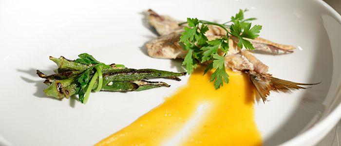 Sardinha defumada com coulis de pimentão e quiabo grelhado