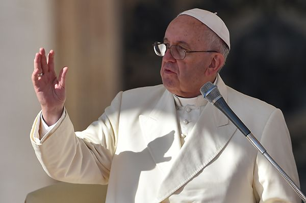 Papa convida sem-teto e refugiados para pré-estreia de seu filme