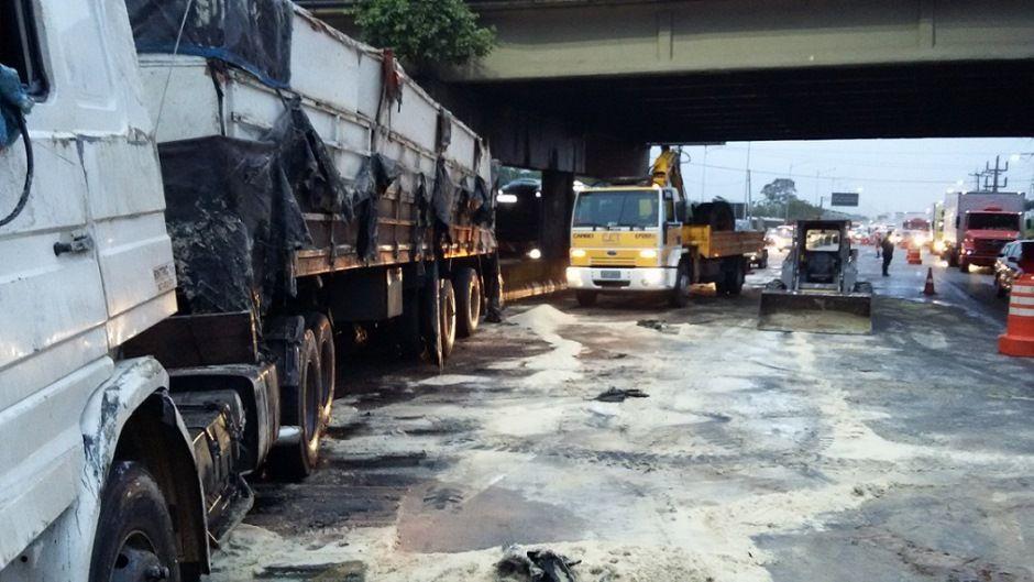 SP: caminhão com 30 toneladas de açúcar tomba na marginal