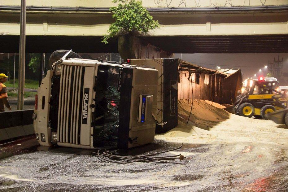 Marginal Pinheiros é liberada 10 horas após acidente