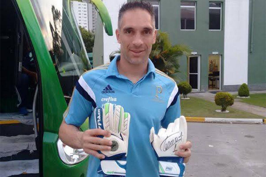Fernando Prass doa luvas para leilão da APAE-SP