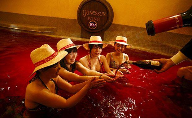 Hotel japonês proporciona aos turistas piscina de vinho tinto