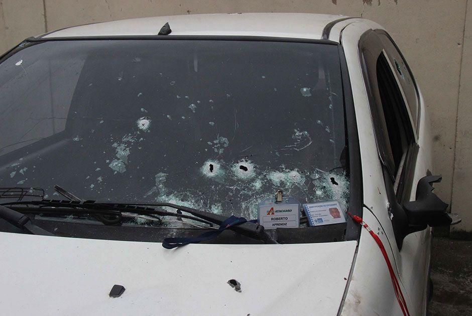 Carro das vítimas foi alvo de inúmeros disparos de PM / jose lucena/Futura Press/Folhapress