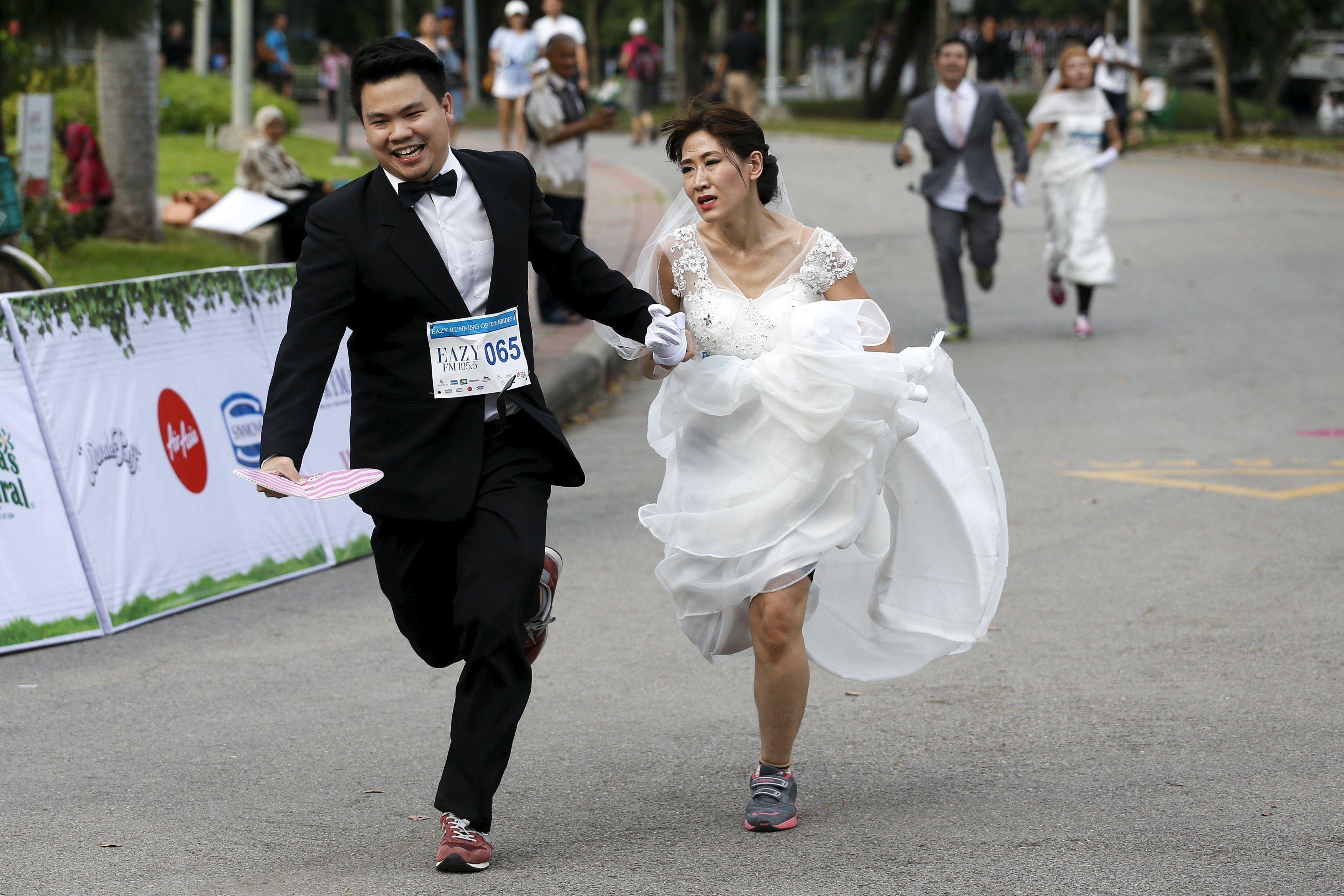 Noivos participam de corrida na Tailândia