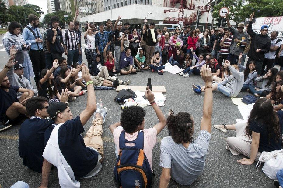 Estudantes bloqueiam avenida contra reorganização escolar em SP