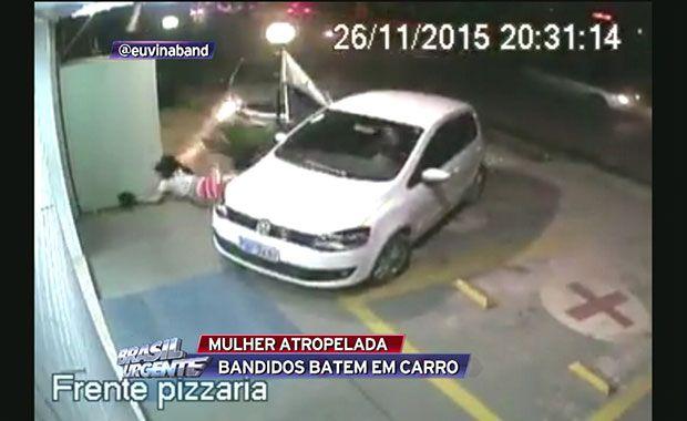 Mulher é atropelada por carro de criminosos que fugiam da polícia