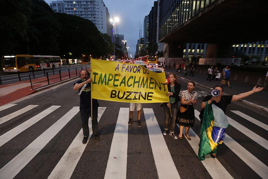 Manifestantes pró-impeachment na Avenida Paulista, em SP, na noite desta quarta-feira (2)