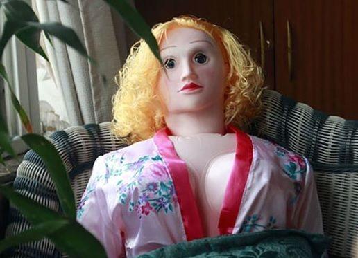 Mulheres compram bonecas infláveis para maridos idosos