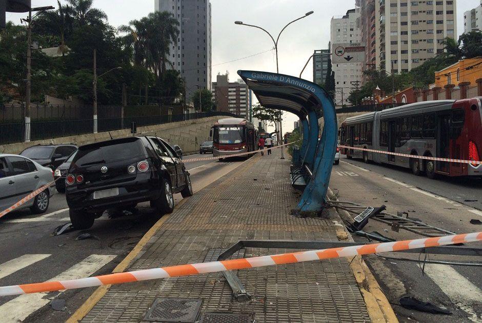 Carro atropela 8 pessoas em ponto de ônibus de São Paulo