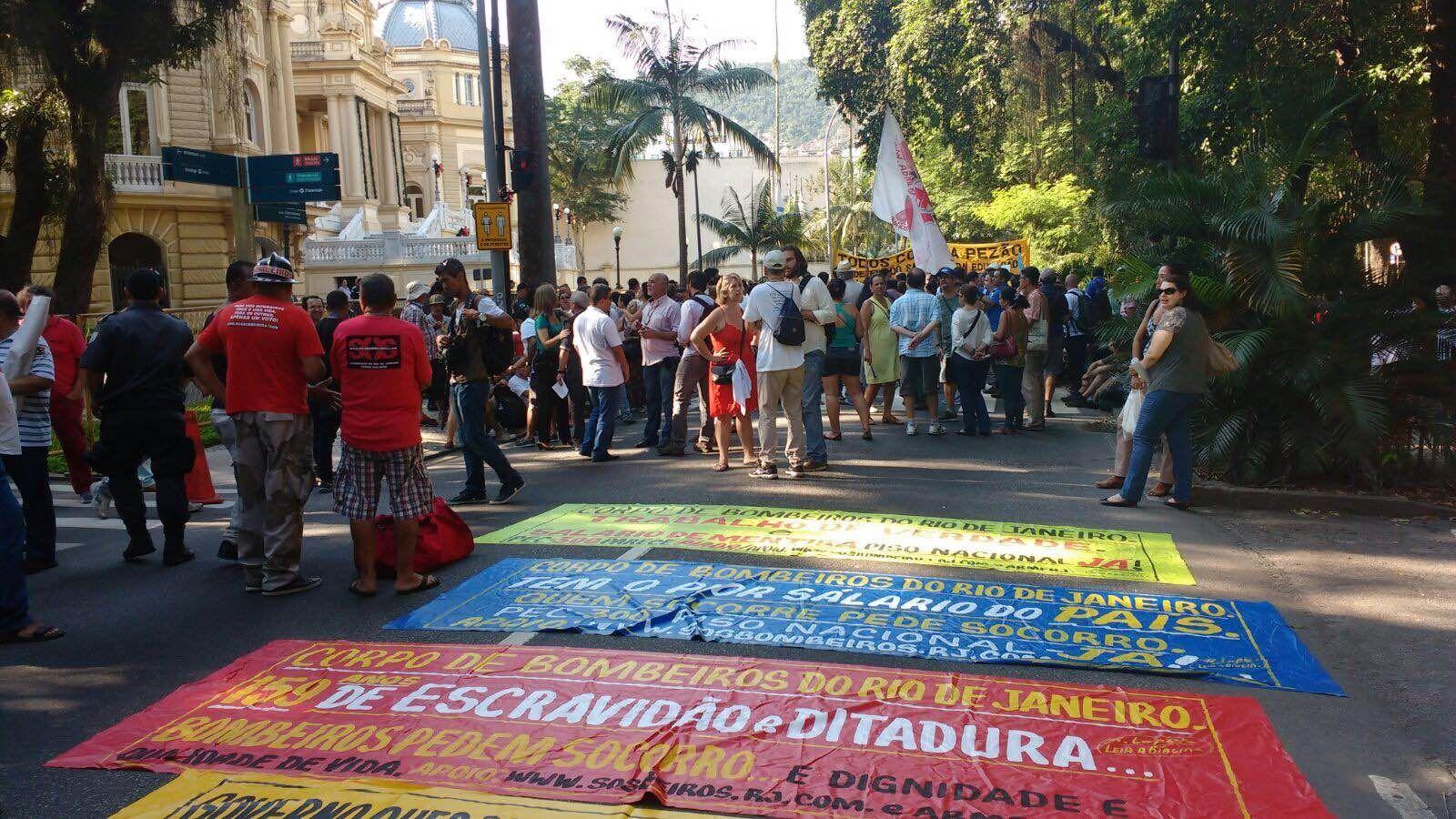Os manifestantes reivindicam a quitação do salário de dezembro e o pagamento do 13º salário, ambos sem previsão / Mariana Guedes - Band Rio