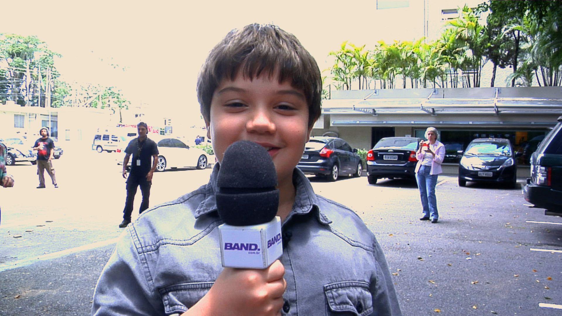 Matheus segurando o microfone