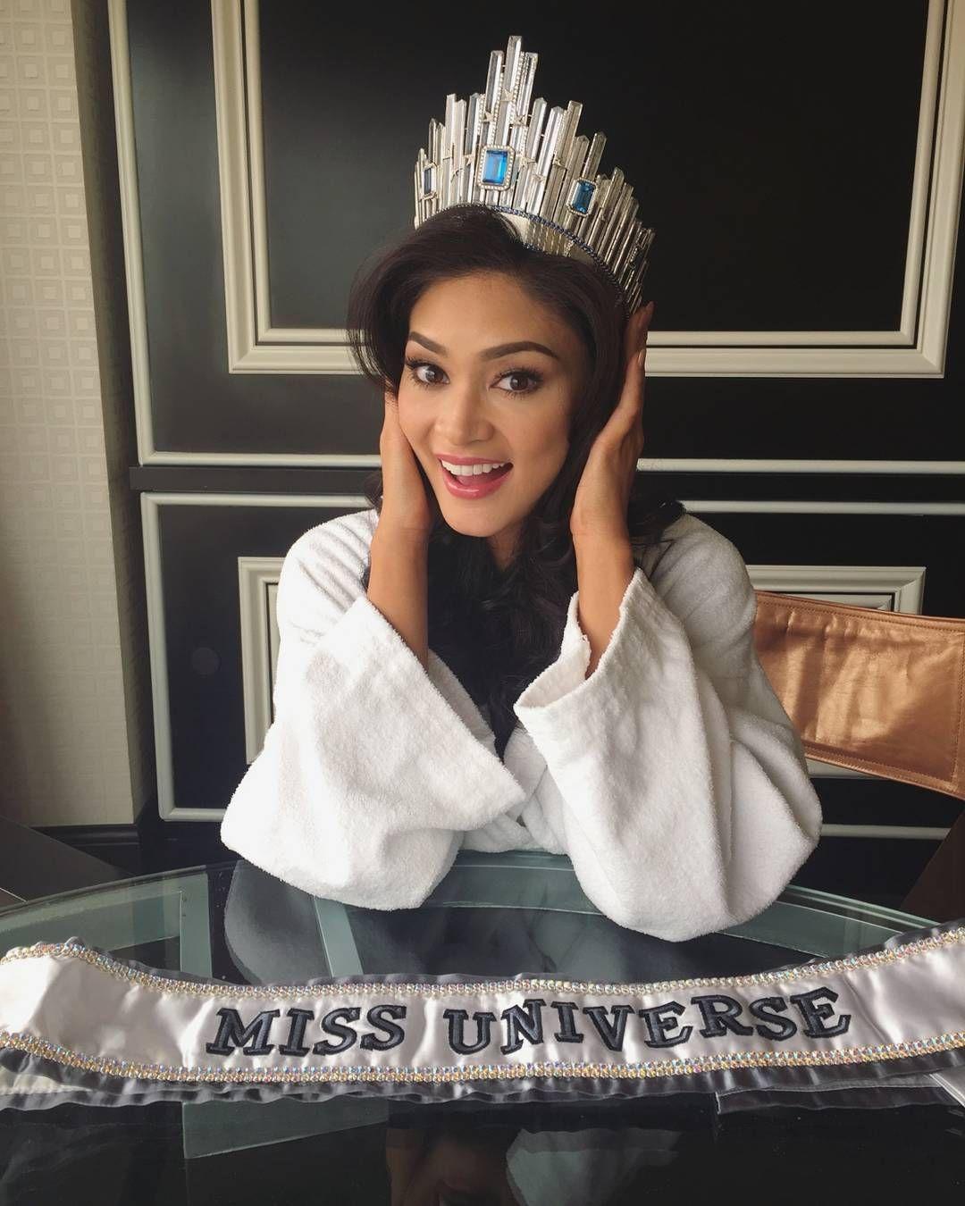 Miss Universo 2015 posa sorridente com sua coroa