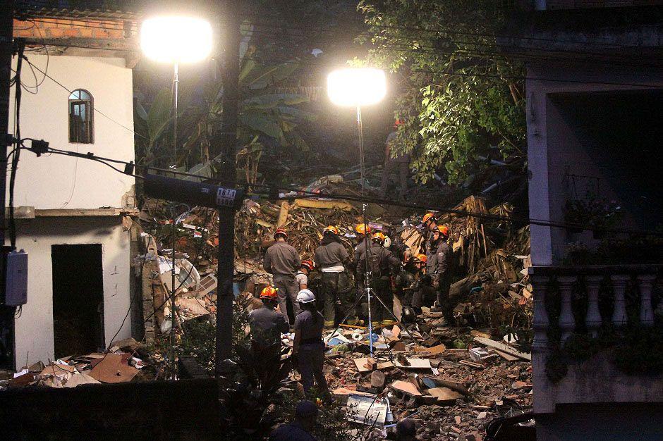 Bombeiros trabalham em meio aos escombros / Everaldo Silva/Futura Press/Folhapress
