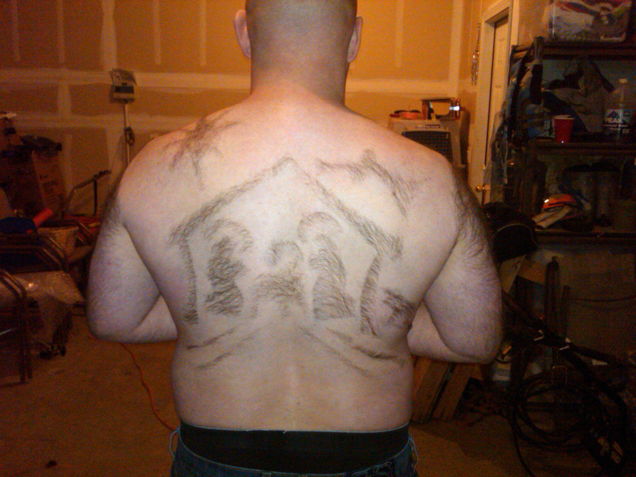 Norte-americano cria desenhos com pelos das costas