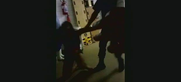 LISTA - mulher agredida pedindo atendimento à mãe