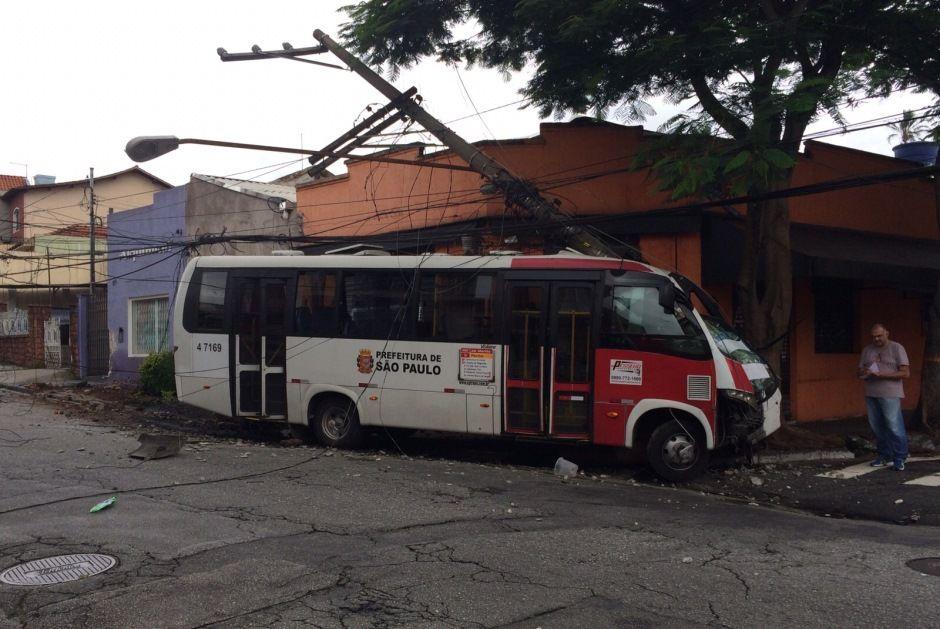 Acidente com micro-ônibus deixa quatro feridos