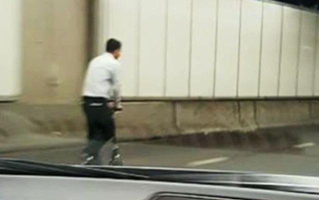 Homem usa patinete para atravessar túnel movimentado