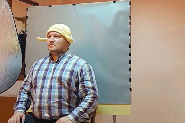 Religião obriga fiéis a usarem escorredor de macarrão na cabeça