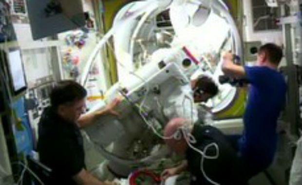 Astronauta tem problema no traje e caminhada espacial acaba antes