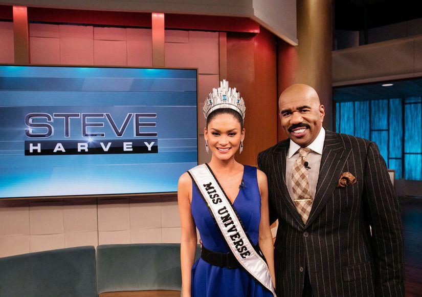 Apresentador do Miss Universo entrevista eleita e vice após gafe