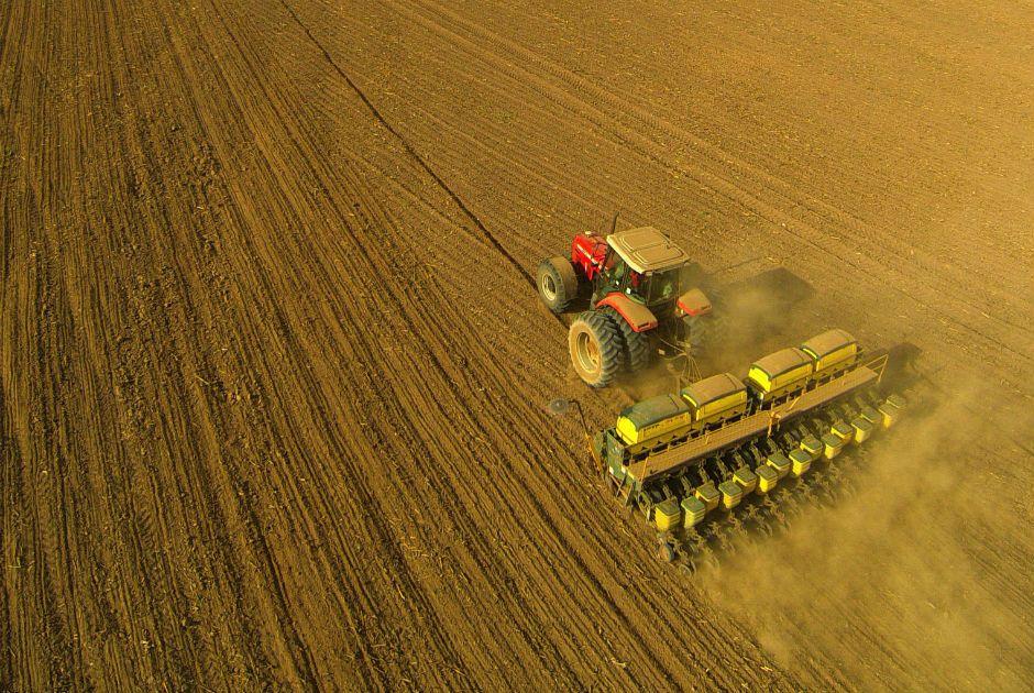 Máquina agrícola durante plantação de soja