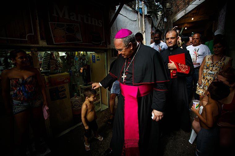 Dom Orani Tempesta, arcebispo do Rio, em visita a comunidade carioca