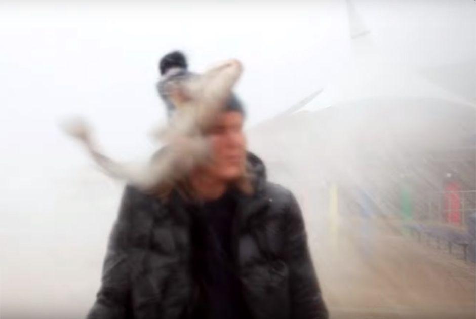 Peixe atinge youtuber no rosto durante tempestade