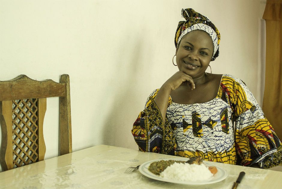 Para reforçar renda, refugiada ensina culinária congolesa