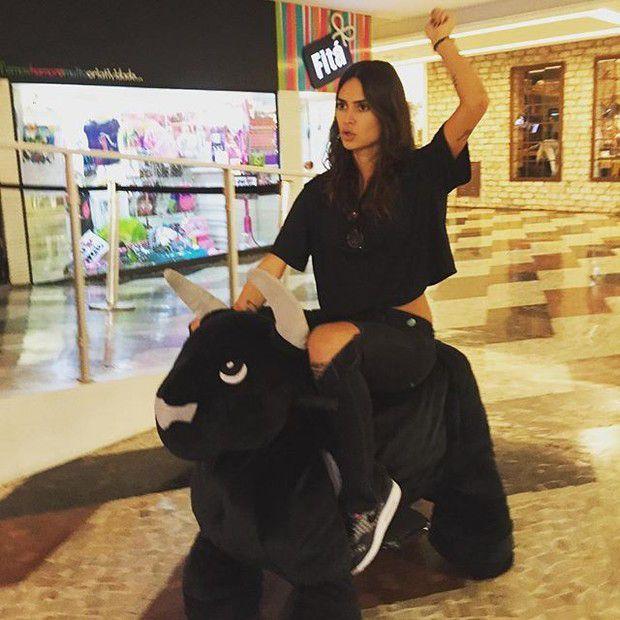 Thaila Ayala volta a ser criança com touro de brinquedo