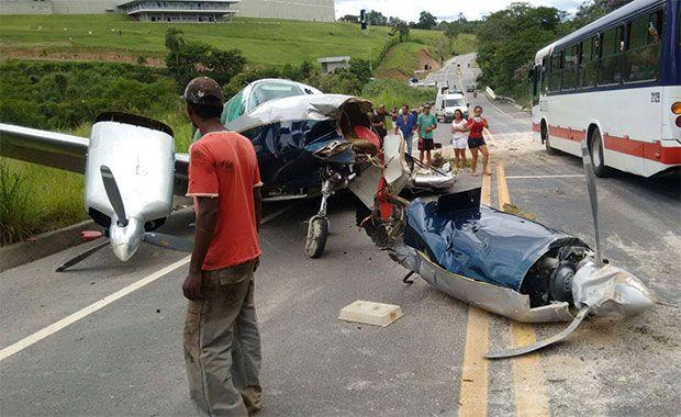 Avião faz pouso forçado em rodovia no interior de SP