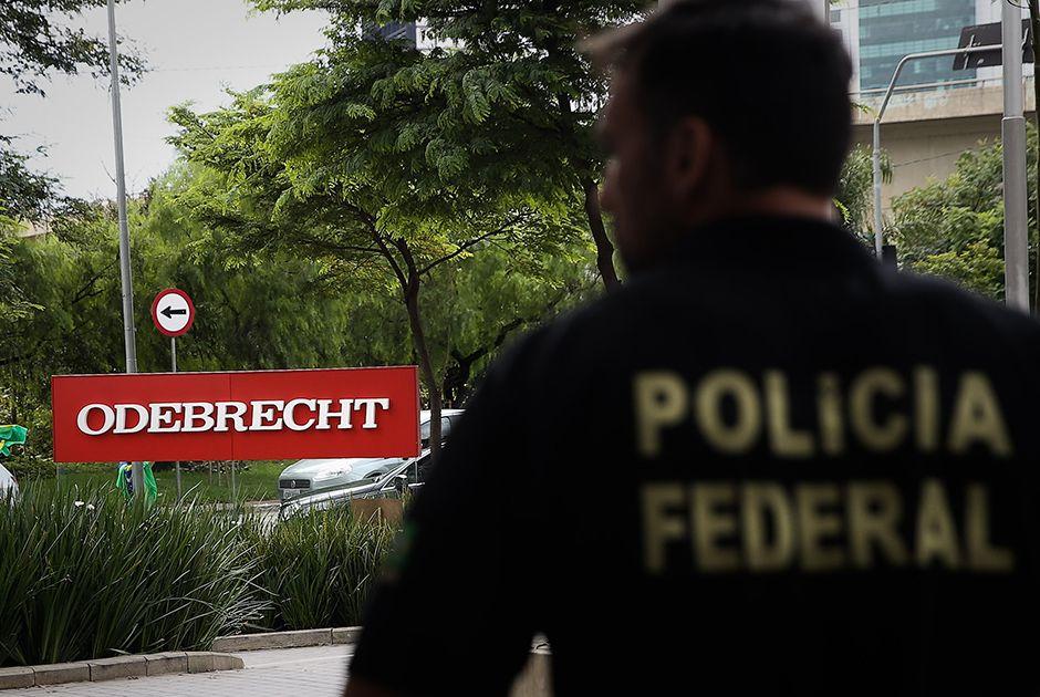 Policial Federal na sede da Odebrecht na manhã desta segunda-feira (22) / Zanone Fraissat/Folhapress