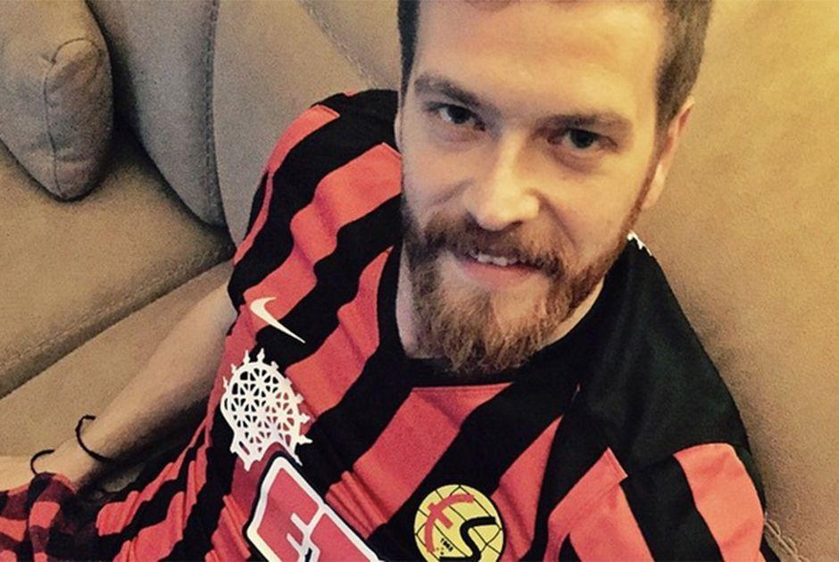 Engin Öztürk acompanha jogo no meio da torcida