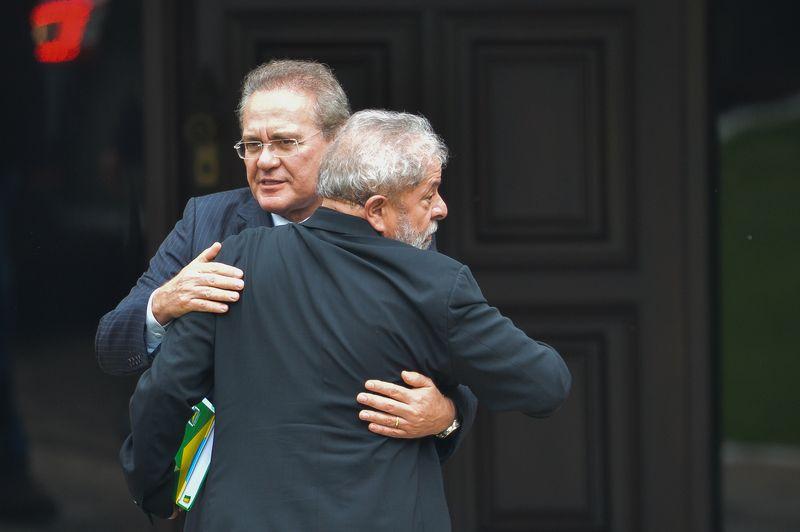 Renan Calheiros abraça Lula durante encontro oficial nesta quarta-feira (9) / José Cruz/ABr