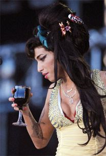 Amy Winehouse chega ao Brasil em janeiro