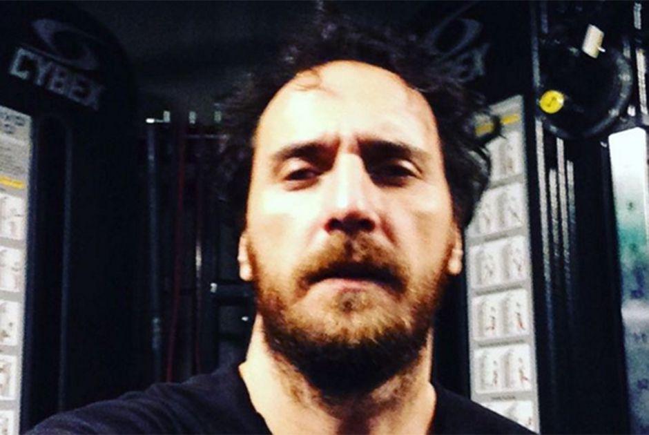 Firat Çelik, o Mustafá, mostra que é fã de futebol