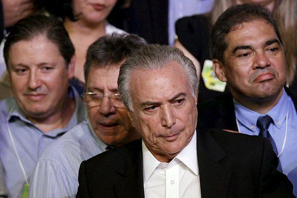 Aliança do PMDB com o PT vem desde o primeiro mandato de Dilma, quando Temer (centro) foi eleito vice-presidente / REUTERS/Ueslei Marcelino