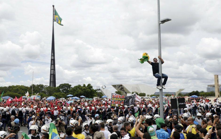 Manifestantes cercam o Palácio do Planalto em protesto contra Dilma