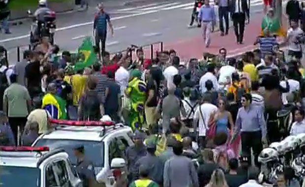Manifestante de vermelho apanha na Paulista