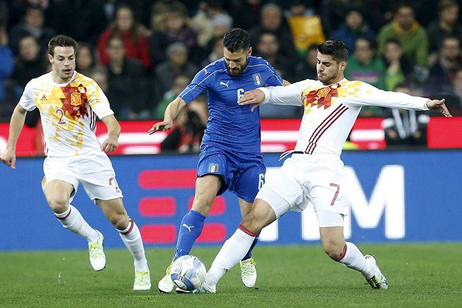 Com gol irregular, Espanha arranca empate da Itália