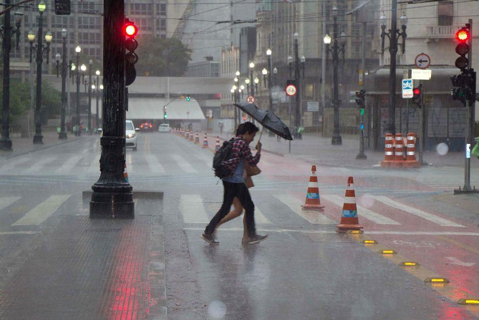 Chuva forte atingiu a capital paulista nesta sexta / Uriel Punk/Futura Press/Folhapress