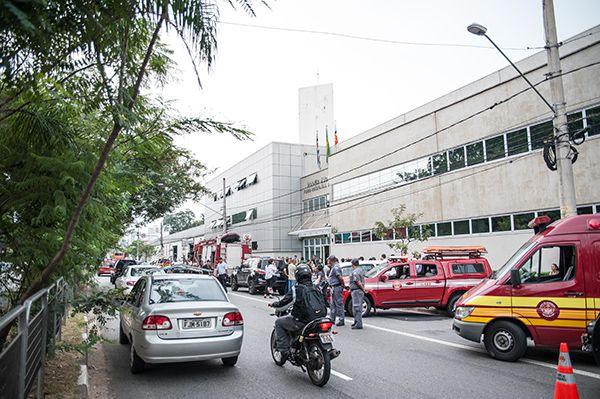 Agressor invadiu fórum carregando mochilas com garrafas com combustível / Rogerio Gomes/Brazil Photo Press/Folhapress