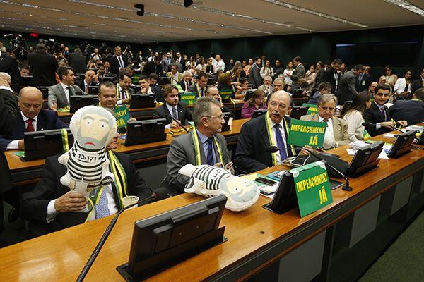 A comissão tem prazo de cinco sessões no plenário para votar o parecer / Pedro Ladeira/Folhapress