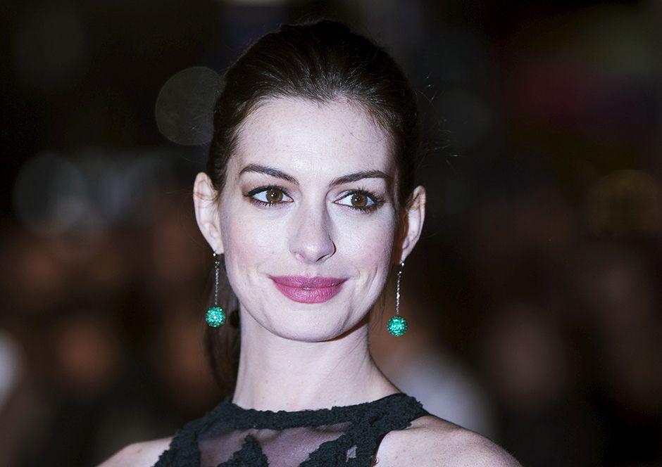 Anne Hathaway usa vestido de R$ 46 em programa de TV