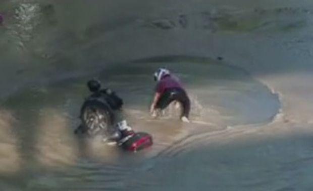 Motoqueiro afunda em cratera no Rio de Janeiro