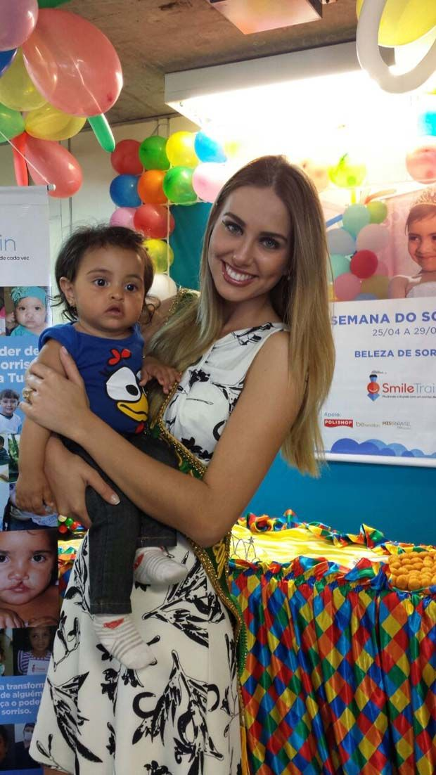 Miss Brasil visita pacientes do Hospital das Clínicas