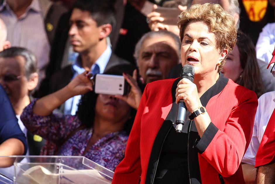 Dilma anuncia reajuste de 9% do Bolsa Família e correção de 5% do IR