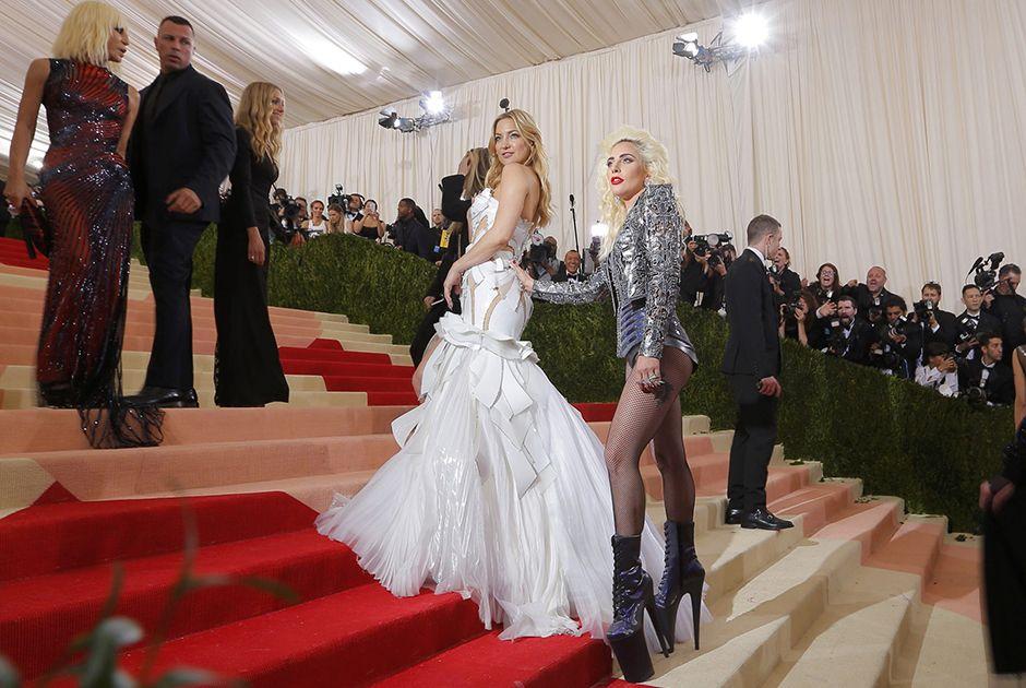 Lady Gaga apalpa o bumbum de Kate Hudson